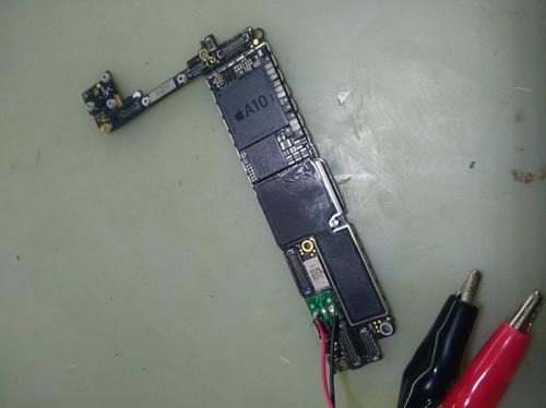 黑色iPhone 7 手机不开机故障维修